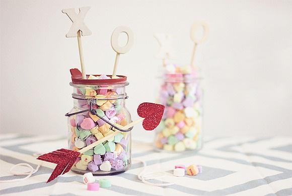 Día de San Valentín artesanía idea del regalo del frasco de vidrio lleno de dulces flecha de amor