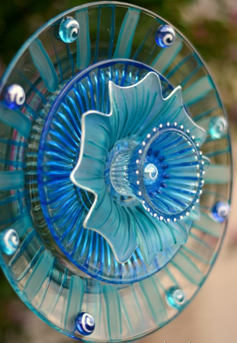 20 Upcycled Garden Glass Flowers Made of Old Plates