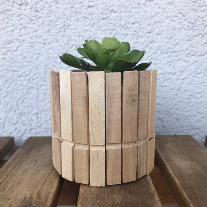 Blumentopf aus Holzklammern