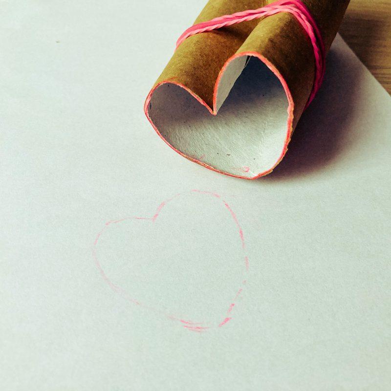 Herzstempel aus einer Klopapierrolle