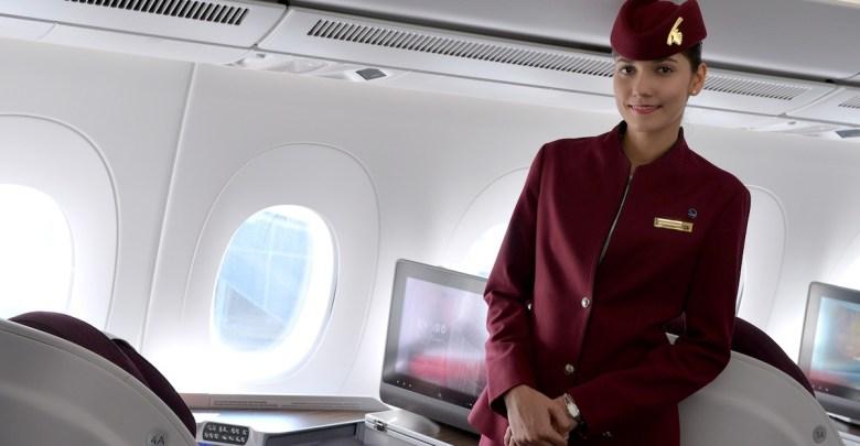 Qatar A350 cabine met stewardess