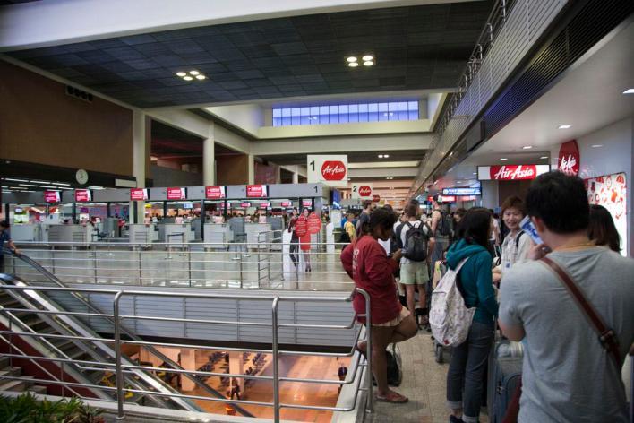 Rij bij security Bangkok ©Upinthesky.nl
