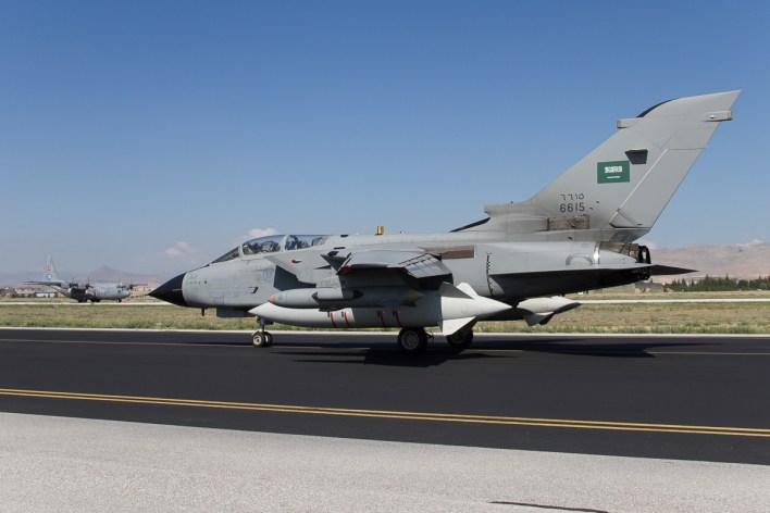 Een Tornado IDS van de Saoedische luchtmacht met op de achtergrond een landende Turkse Hercules C-130 © Paul Mali