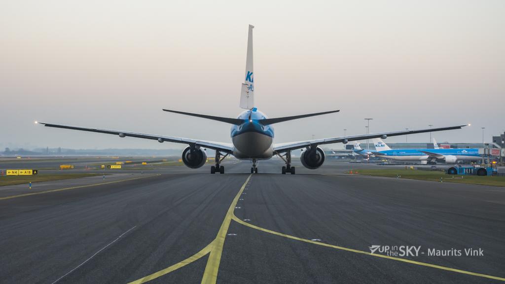 KLM rompdeel breekt af en landt op auto | Foto