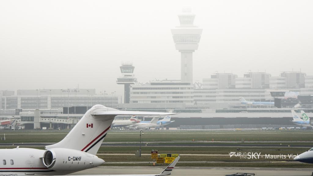 Schiphol op halve capaciteit wegens mist