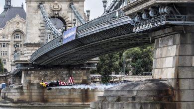 Boedapest, 23 juni - Martin Sonka vliegt onder een brug door tijdens de Red Bull Air Race - ©Red Bull