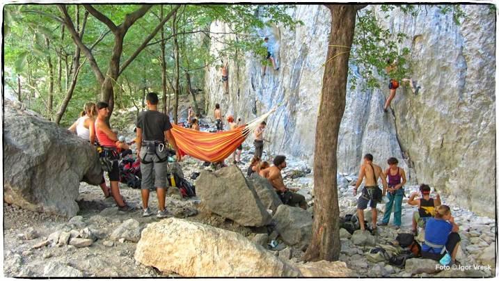 Penjači u hladovini podno stijene Anića kuka