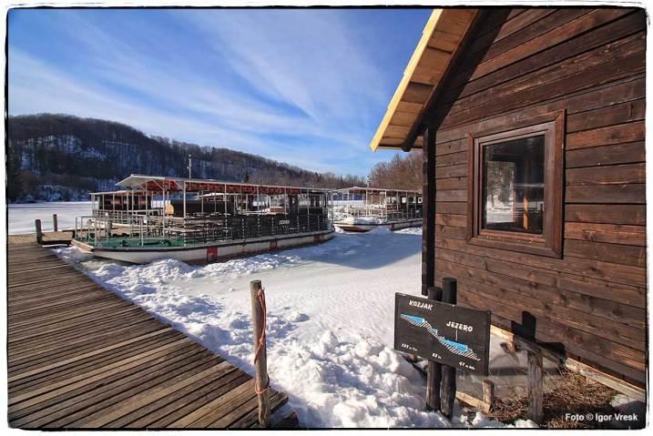Jezero Kozjak je smrznuto po zimi