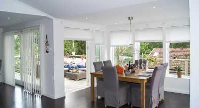 Lamellgardin och plisségardin i kök och vardagsrum