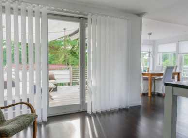 Lamellgardin i stort fönster i vardagsrum
