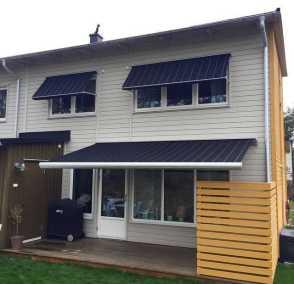 Svart fönstermarkis Java på vitt hus