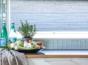 Honeycellgardiner som solskydd i fönster