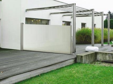 Fristående markis monterad för solskydd i trädgård i Uppsala