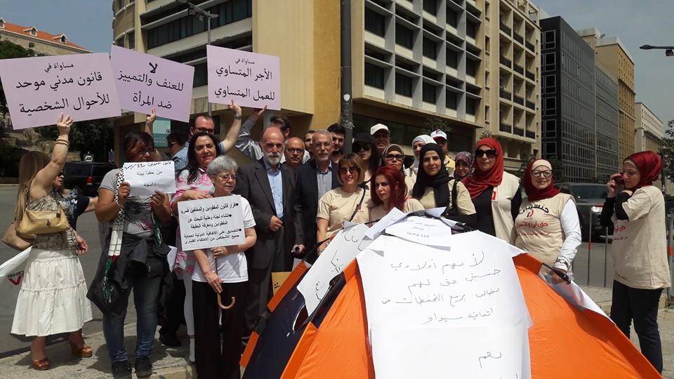 هيئة متابعة توصيات الاستعراض الشامل اعتصمت امام السراي وسلمت سلام مذكرة بمطالبها
