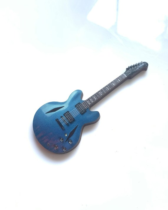 DG_guitar_pin_flat