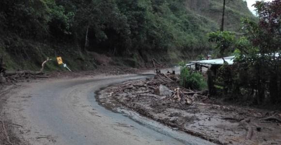 Paso a un carril en vía Medellín – Urabá por derrumbe