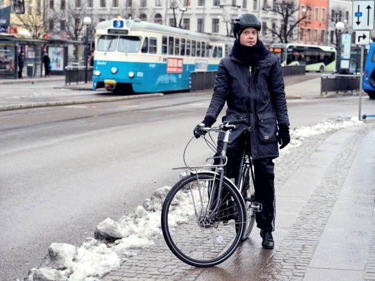 Jag stilla i cykelkläder på vintern