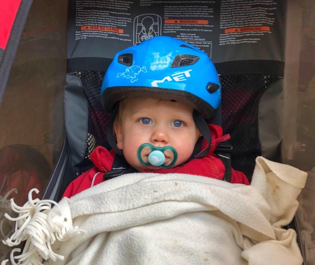 Barn i Thule Cykelvagn med hjälm