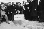 Pose de la première pierre de la reconstruction de la place Alsace-Lorraine le 23 avril 1950 par Vincent Auriol, Président de la République et Eugène Claudius-Petit, ministre de la Reconstruction et de l'Urbanisme.