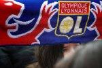 Un supporter brandit l'étendard du club de l'Olympique Lyonnais, le 25 mars 2008 à Lyon