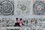 un couple sur les marches du Rock Garden de Nek Chand, à Chandigarh, le 29 septembre 2010