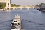 Barge transportant des produits pour un magasin Franprix.