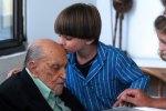 Un enfant embrasse Oscar Niemeyer lors de la célébration de son 104ème anniversaire, en décembre 2011 à Rio de Janeiro.