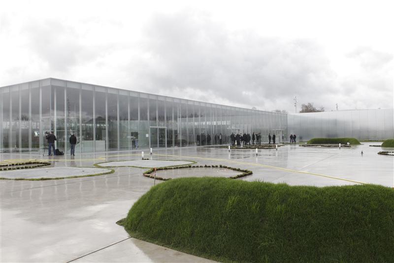 Le louvre lens par sanaa inaugur urbanews for Louvre lens museo