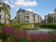 """La """"Cité-Jardin"""" du Plessis-Robinson se situe le long d'une rivière."""