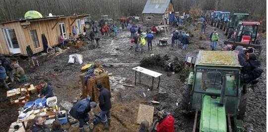 Après la manifestation du mois de novembre, des cabanes ont été reconstruites, protégées par des tracteurs