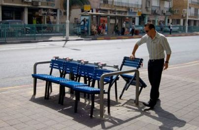 C'est peut être ça l'avenir du mobilier urbain : flexible et libre? Ici l'oeuvre des artistes Vincent Wittenberg et Guy Köningstein dans le cadre de la biennale Landscape Urbanism en 2010