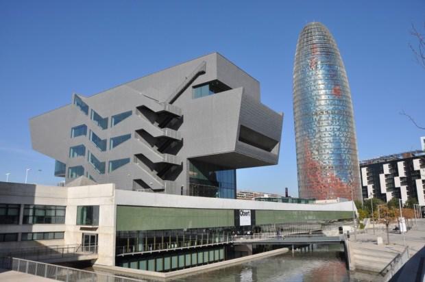 Le quartier créatif 22@barcelona. Un urbanisme pensé par et pour les classes sociales privilégiées? Barcelona. Design Museum. MBM (Martorell-Bohigas-Mackay-Capdevila-Gual) architects. Torre AGBAR, Jean Nouvel architect (source: Flickr, CC)