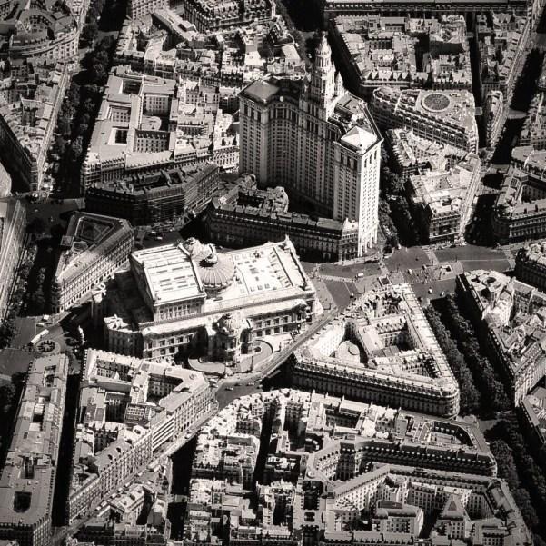 Dialogue d'échelle dans le quartier de l'opéra Garnier / © Luis Fernandes