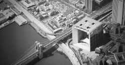 Le célèbre Brooklyn Bridge côtoie l'Arche de la Défense à son arrivée sur l'ile de Manhattan / © Luis Fernandes
