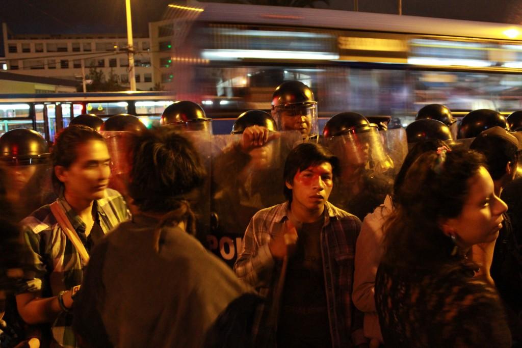 Encadrement par la police d'un meeting de femmes indigènes à Quito, 17.10.2016