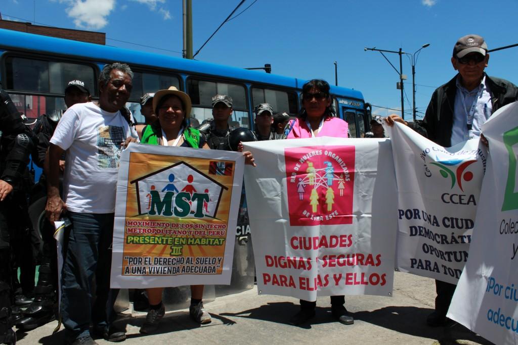 Militants du Brésil et du Pérou revendiquant le droit à la terre et au logement devant l'enceinte d'Habitat III, 20.10.2016