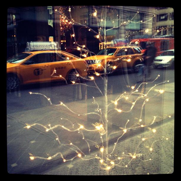 taxis-in-holiday-window-nyc