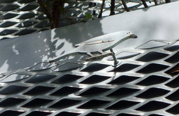 gree-side-wall-jardi-tarradellas-barcelona-metal-bird-sculpture-interior-urbangardensweb