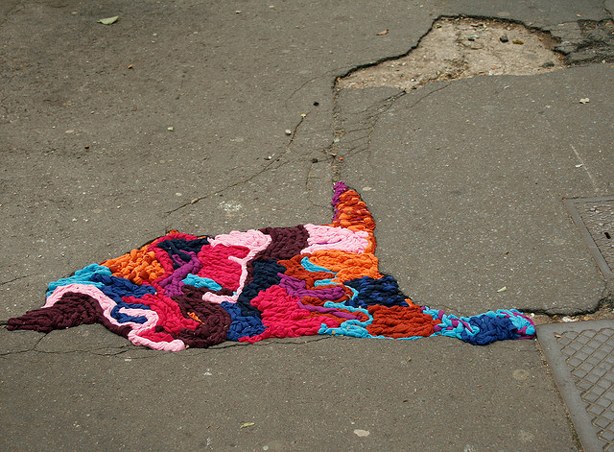 juliana-santacruz-herrera-knitted-potholes-paris-urbangardensweb