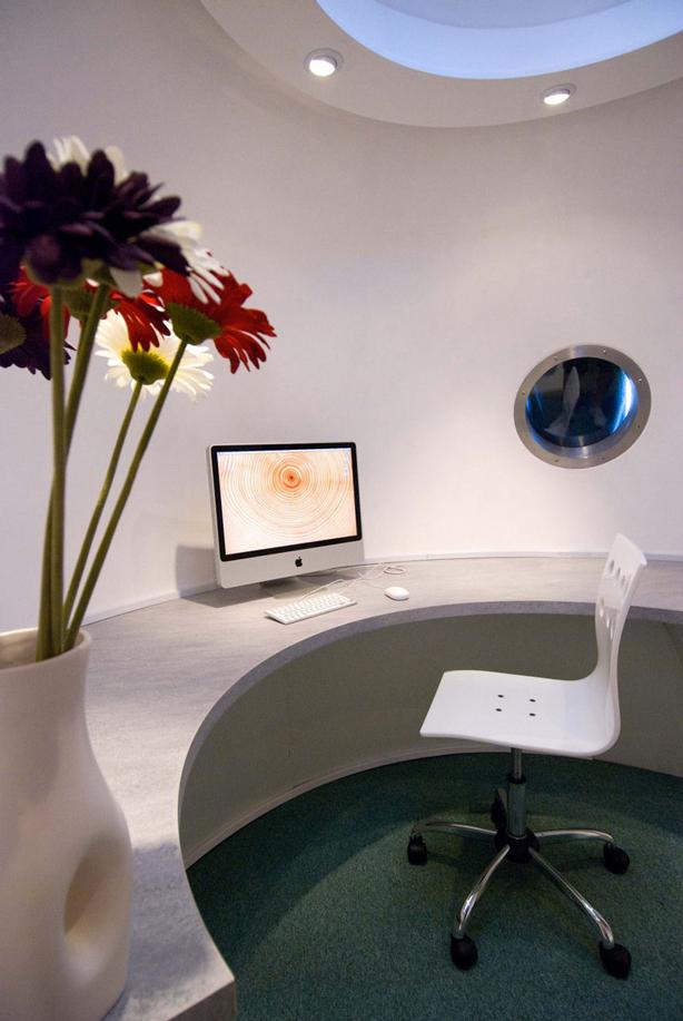 archipod_garden-office_interior-desk-urbangardensweb