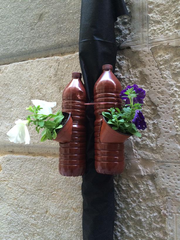 temps-de-flors-bottle-planters-street-urbangardensweb
