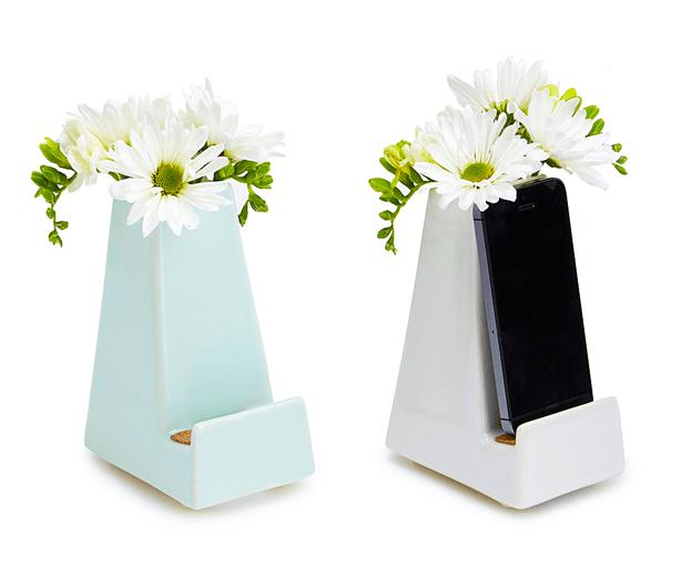 bedside-smartphone-vase