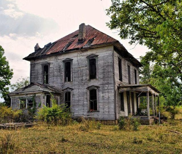 Urbex Photography Shows The Haunting Ruins Of An Abandoned Farmhouse In Kimbolton Ohio
