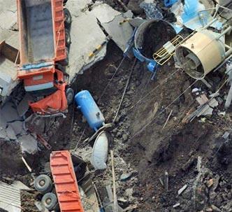 Buraco do Metrô sugou até caminhões; na foto parecem de brinquedo
