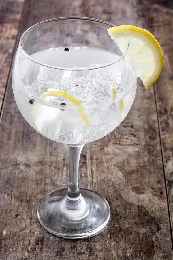 glass-gin-tonic-lemon-wood-wooden-background-91465257