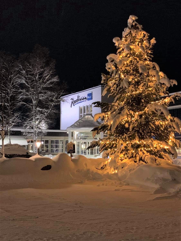 Snøtunge trær ønsker velkommen til hotellet på Beitostølen