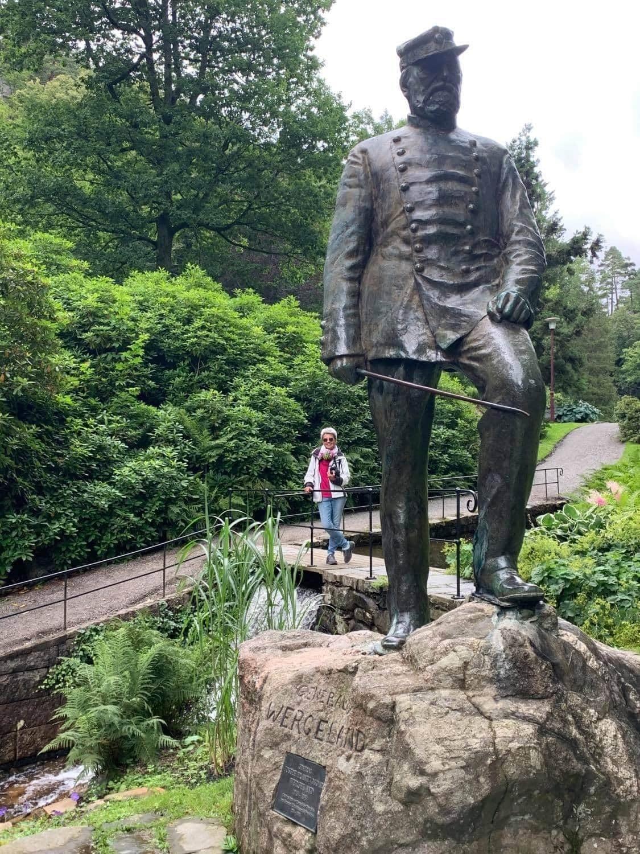 Ravnedalen, den magiske perlen med kafé og vakker park - Statuen av general Oscar Wergeland