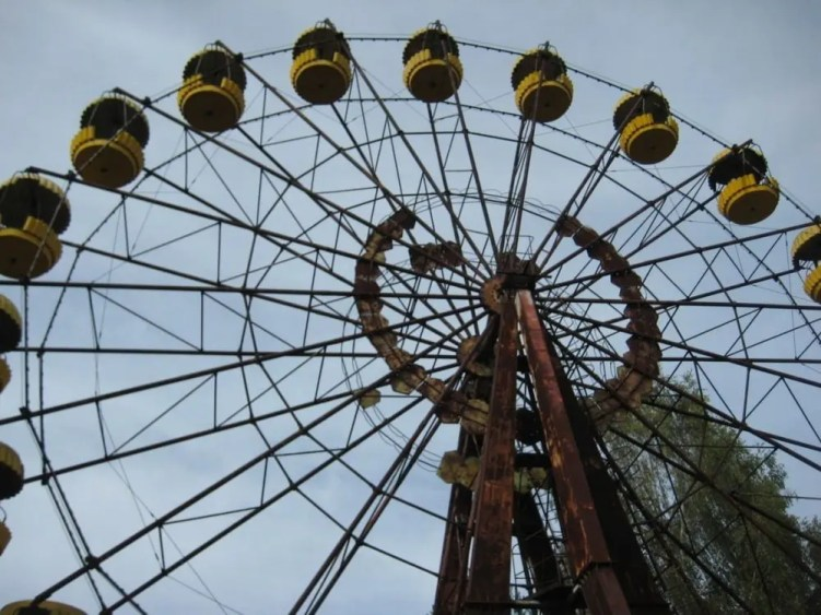 Ferris wheel without any visitors