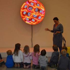Heute haben die Kleinen ihren Kindergartenplatz in Gerresheim für einen Besuch im Museum verlassen