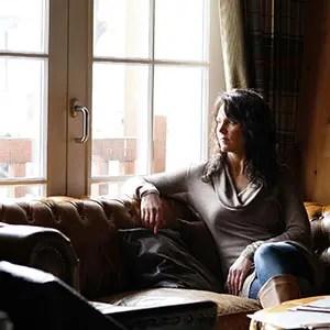 Photo d'Hébergement avec une femme qui regarde par la fenêtre